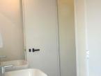 interni bianchi per il bagno elegante a noleggio